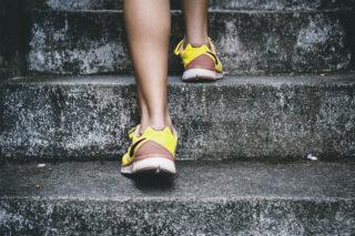 Schicke Sneakers, die gute Vorsätze besser machen, tragen uns leichter steile Treppen hoch